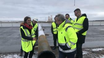 Eryn Dinyovszky, VD Yilport Nordic och Fredrik Svanbom, VD Gävle Hamn AB inspekterar första pålen som ska starta containerhamnsbygget.