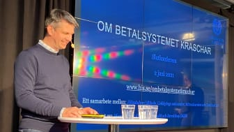Projektledare Joeri van Laere, Högskolan i Skövde, på scen under slutkonferensen.