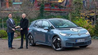 Formand for MKD, Karsten Lemche, overrækker prisen for Årets Bil i Danmark 2021 til Volkswagen Danmarks pressechef Thomas Hjortshøj
