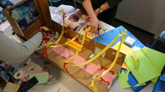 Elever på Certifierad Verksamhetsutvecklare utvecklar tjänster, skapar prototyper och testar.