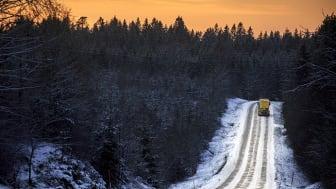 En av Svevias bilar är ute och saltar för att göra vägen säker och framkomlig. Foto: Mattias Johansson