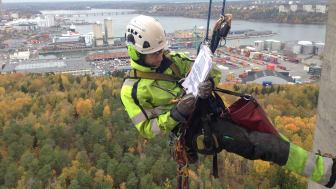 Reparbetaren Gustav utför en inspektion med kartering av ev skador på Kaknästornet.