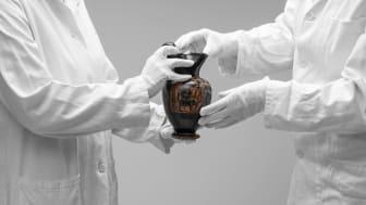 Earthenware pot from 480 BC, Greece. Photo: Carl Ander, Röhsska museet.