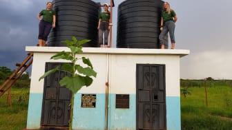 - Det var utrolig spennende å reise til Tanzania og med egne øyne se hvordan vannforsyningen fungerer der, sier hydrogeolog Vibeke Brandvold i Norconsult. Her med masterstudentene Maria og Trine.