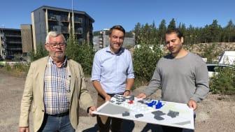 På bilden ses från vänster stadsbyggnadsnämndens Håkan Holm Alteblad (S), förste vice ordförande, Erik Nilsson (KD), ordförande, och Magnus Resare (M), andre vice ordförande som visar upp en 3D-modell över de nya byggnaderna i Tullholmsviken.