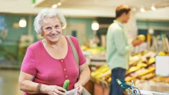 Äldre i Hedemora kommun får hjälp att handla mat - Södra Dalarnas Sparbank ger pengar till Röda Korset