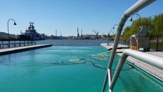 Badet rengörs inför öppnandet. Foto: Älvstranden Utveckling