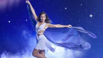 """Sarah Lombardi taucht ein in die Welt von HOLIDAY ON ICE: In der neuen Show SUPERNOVA reist sie von der Erde zu den Sternen. Für ihr erstes Foto in der neuen Showwelt trägt sie ihr Lieblingskostüm von """"Dancing on Ice""""."""