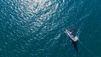 Handhållen marin GPS med högupplöst färgskärm som kan läsas i solljus, baskarta över hela världen och stöd för Garmins sjökort BlueChart g3