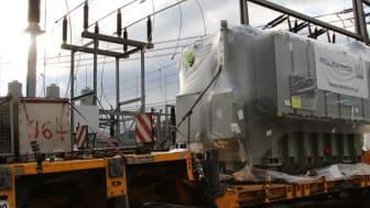Schwerstarbeit: Vom Spezialtransporter müssen die 80 Tonnen auf Sockel-Standort geschoben werden.