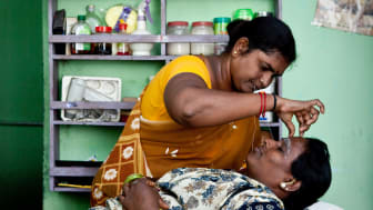 Gandhimati driver skönhetssalong i sydindisk by. Foto: Richard Lewisohn