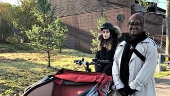 Safia Ahmed og Maryama Mohamed er klare til å ta med eldre i Bydel Stovner på sykkeltur.