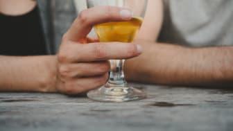 4 av 10 svenskar (39 procent) uppger att de drack alkohol varannan dag eller oftare under semestern.