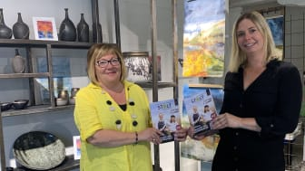 Magasinet Stolt distribueras till cirka 150 besöksmål runt om i länet. Här tar Lena Sjöberg och Anna Besterman på Wäsby magasin emot sina magasin.