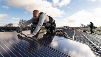 """I undersökningen """"Svenskar och hållbarhet 2021"""" ställs frågan """"vilka företagsbranscher tror du arbetar mest aktivt med hållbarhetsarbete idag"""" och 49 % svarar energibranschen, följt av avfallsbranschen (39 %). Foto: Timo Julku."""