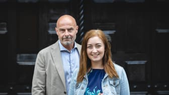 Pär Cederholm, CEO Assessio-gruppen, & Julia Delin, VD SSE Business Lab, utanför Handelshögskolan i Stockholm.