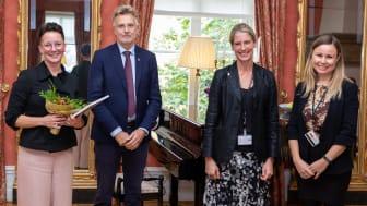 Årets kökshjälte 2020, kategori Årets Eldsjäl, är Madelene Enarsson från Bengtsfors. Från vänster: Madelene Enarsson (årets eldsjäl), Anders Danielsson (landshövding), Pernilla Fischerström (Länsstyrelsen) och Erika Kvarnlöf (Länsstyrelsen).