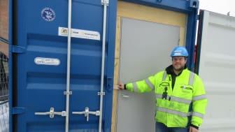 Arnstein Sortdal, Moelven Byggmodul Hjellum AS, sikrer verktøyet med adgangskontrollert containerlås. Container åpnes med HMS-kortet som skannes på kortleser.