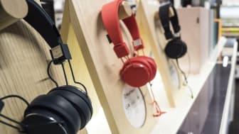Musik-elsker? Der er udstillet over 50 forskellige hovedtelefoner i den nye city-butik på Nytorv i Aalborg.