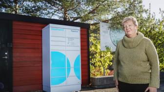 Yvonne Borg, ordförande i HSB brf Smaragden i Nacka vid föreningens paketbox.