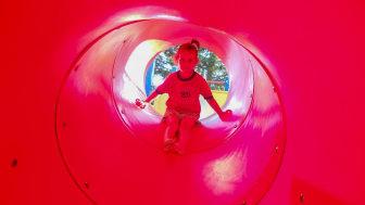 Naturvetenskap kan illustreras i termer av ett verb. I barnens ögon kan friktion handla om att glida.
