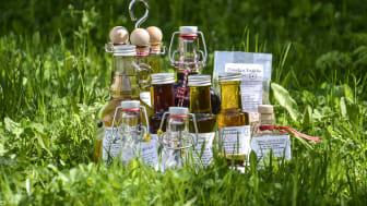 Skogens Sköna Gröna erbjuder delikatesser tillverkade av vad som finns i skog och mark, till exempel: sirap, salt, snaps och punsch gjorda på granskott.