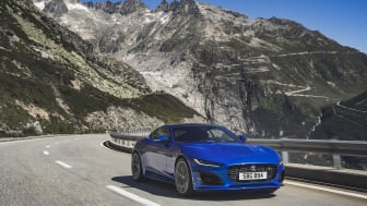 Jag_F-TYPE_R_21MY_Velocity_Blue_Reveal_Switzerland_02.12.19_06
