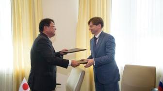 Kirill Lipa, CEO of Transmashholding, and Kiyoshi Nakata, Deputy COO Rolling Stock of Railway Systems Business Unit, Hitachi sign a Joint Venture agreement