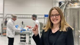 Ebba Fröling, operativ chef på Mycorena, håller upp ett prov av bolagets veganska protein Promyc tillverkat av restprodukter från livsmedelsindustrin.