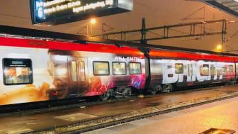 Sveriges första helt folierade tåg med lysande text har tagits fram av MTR Express och Branding sales för att marknadsföra Netflix nya Sci Fi-film Bright.