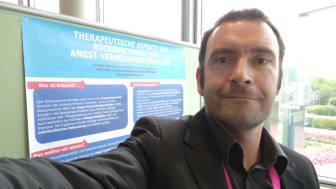 Dr. Michael Hollmann mit dem Gewinner-Poster des NOUV-Kongresses 2018