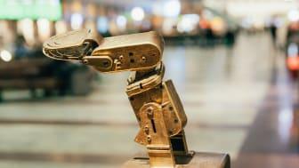 Bronsrobot på Centralstationen skapar digital realtidspoesi av Stockholmarnas tweets