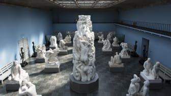 Monolittsalen med originalskulpturene i gips. (Foto: Ivar Kvaal / Vigeland-museet)