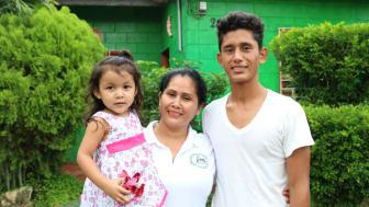 För Beatriz Guerra Cárcamo och hennes barn Yuleidis och Kevin innebär ett hus i bostadskooperativet Den trettonde januari i El Salvado , mer än bara en bra bostad. Här  finns en trygg miljö  och en social samvaro som gör vardagen enklare.