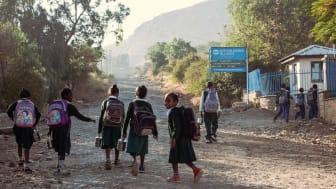 Mekelle, Äthiopien, in friedlichen Zeiten: Die Kinder machen sich auf dem Weg zur Schule. Foto: Dominik Fleischmann, 2013 (Foto nur zur Verwendung im Kontext der SOS-Kinderdörfer weltweit)