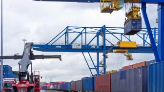 """42 Container lang und 24 Tage auf der Schiene: Nun ist der """"Fressnapf-Zug"""" sicher am Duisburger Hafen eingetroffen. Foto: © dws Werbeagentur GmbH"""