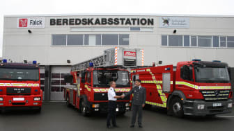 Jens Mølgaard, emergency response officer in SVJB and Thomas Dietz, fire chief at Falck shake hands on the new agreement.