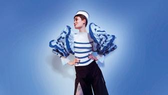 Foto: Anna Palermo_Elite Model Management Paris) De blå striber var oprindeligt en del af uniformen i den franske flåde (1858). Takket være Coco Chanel og ikke mindst som her Jean Paul Gaultier er mønstret stadig i brug.