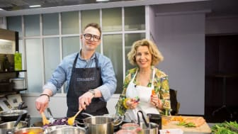 """Spitzenkoch Holger Stromberg und Schauspielerin Michaela May unterstützen die Koch-Aktion """"Lecker helfen"""" der SOS-Kinderdörfer weltweit"""