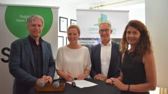 J.B. Ugland Eiendom signerte strakstiltakene etter debatt om bokvalitet i Arendal, der b.a miljøministeren deltok. F.v. Ola Elvestuen, Jill Akselsen (J.B. Ugland Eiendom) Thor Olaf Askjer (Norsk Eiendom) og Katharina Bramslev (Grønn Byggallianse).