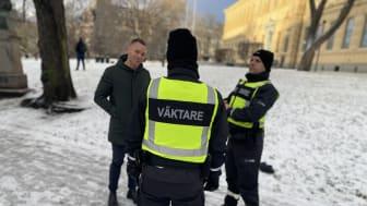 Trygghetsborgarrådet Erik Slottner (KD) möter två av väktarna i Humlegården