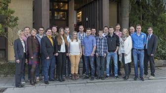 Dreizehn Elektroniker und zwei Elektronikerinnen hat das Bayernwerk in seiner Lossprechungsfeier in Regensburg in das Berufsleben entsandt.