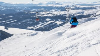 Skidåkning på Åreskutan en vacker vinterdag - Skiing on Mount Åreskutan