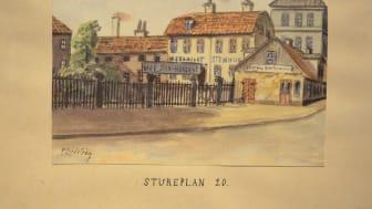 """Stureplan förr. I utställningen """"En svunnen stad. Konstnären Frans Lindström (1874-1954)"""" på Skånelaholms slott visas akvareller från olika Stockholmsmiljöer."""