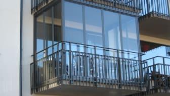 Alnovas inglasade balkonger, med vertikala ramprofiler