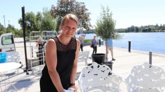 Lison Westermark, restaurangchef på Gotthards krog, visar runt på den nya restaurangen vid älven. Foto: Blå huset