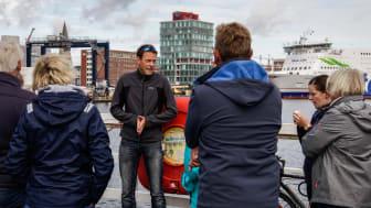 Die Stadtführer zeigen ihr geliebtes Kiel aus voller Überzeugung: zu Fuß, per Fahrrad, Schiff oder Bus