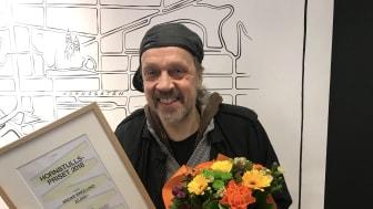 Micke tar emot priset i form av ett bidrag på 20 000 kronor som används till att utveckla verksamheten vidare.