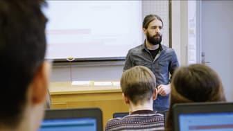 Daniel Barker undervisar gymnasieelever  med läromedlet NOKflex Matematik. Det kommer nu i en uppdaterad version med nya möjligheter till datadriven anpassning av undervisningen.