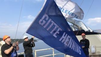 Reiar Henning Kjeldsen og Kleven sin prosjektleiar Odd-Arne Urdshals gjennomførte flaggskifte om bord i «Gitte Henning» i dag.